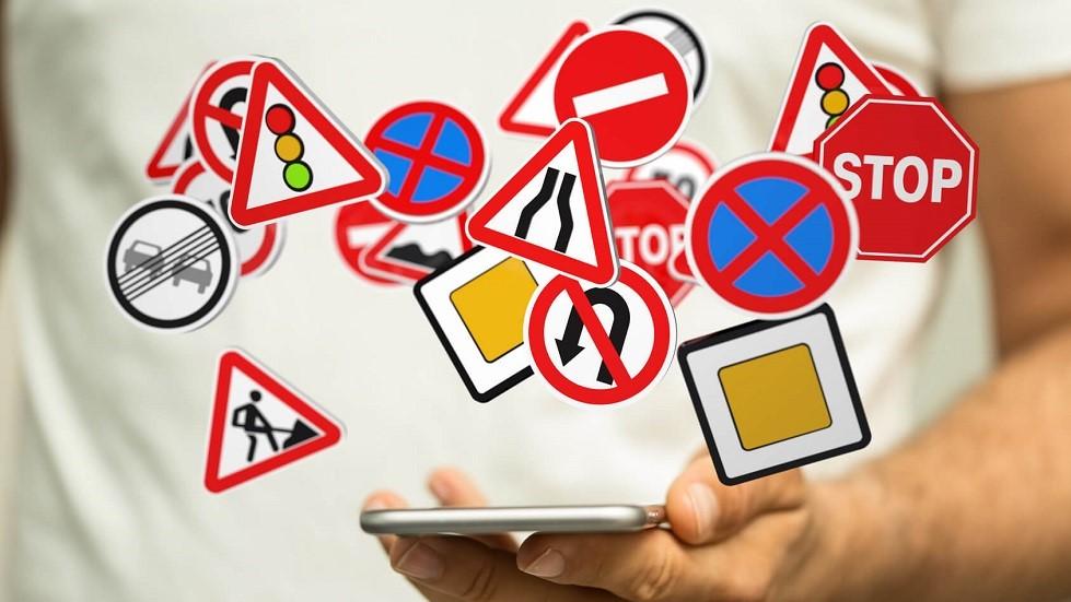 Concept illustrant le code de la route en ligne