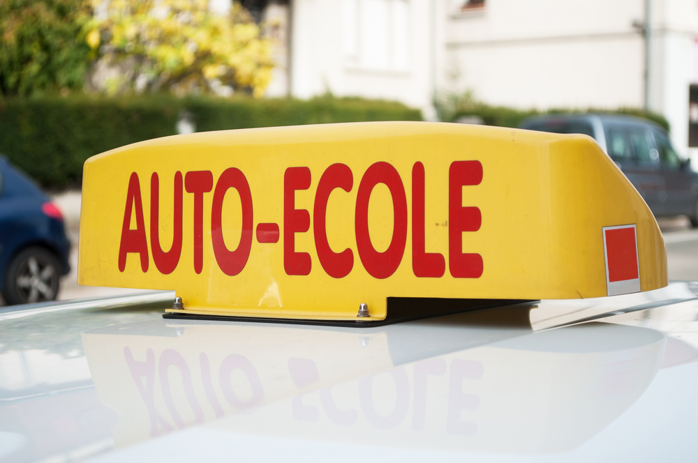 """Borne """"Auto-École"""" sur le toit d'une voiture"""